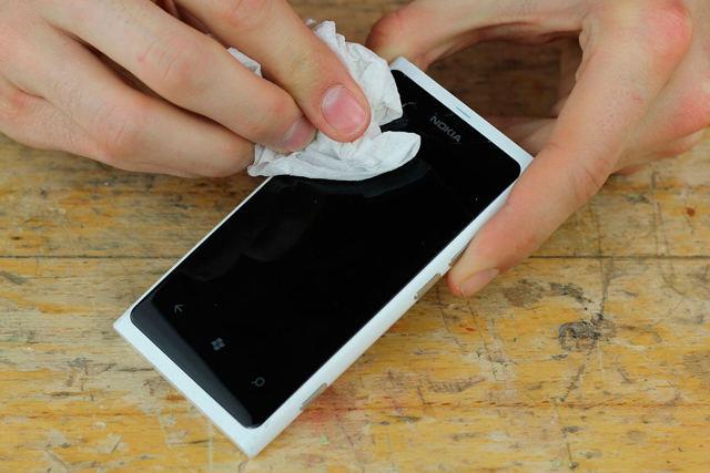 Как вывести царапины с телефона химическими средствами