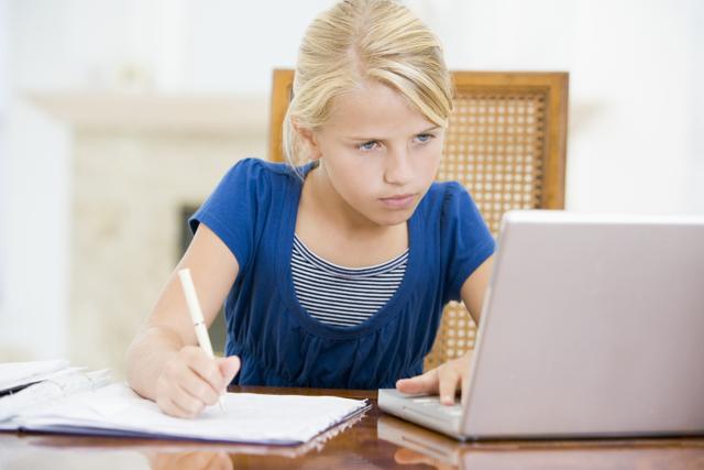 Что лучше: планшет или ноутбук для школьника?